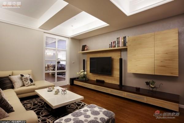 电视主墙立面与周边柜体皆以朴实梧桐木打造