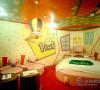 彩色的印象墙壁,大大的圆床,粉色的拥抱小