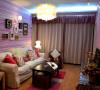 竖条壁纸结合镜面,雕花,壁灯和相框配白色的沙发 结合一起。营造一个现代小欧式