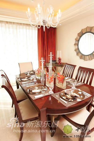 自然红的红木餐桌椅,搭配淡黄色墙面和窗帘