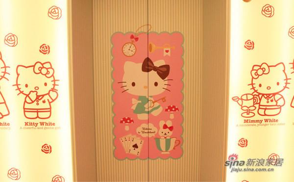 进门时的电梯上,大大的粉色KT