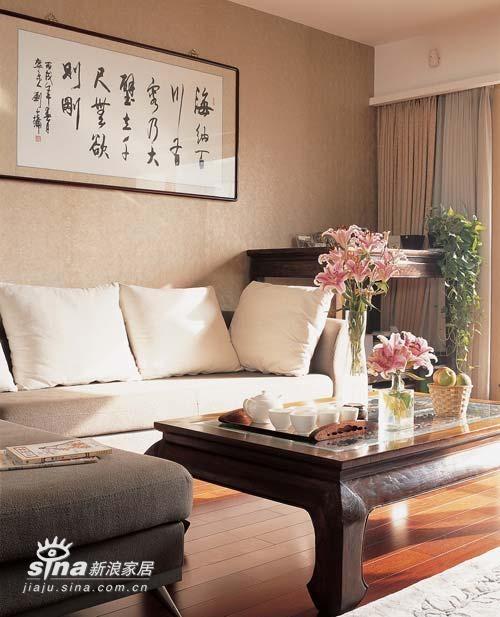 沙发是整个客厅的视觉中心,左边靠窗高高的条桌,深棕红色衬着米白色的壁纸,又典雅又醒目。