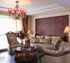 地板、墙纸、沙发和红色水晶吊灯相配