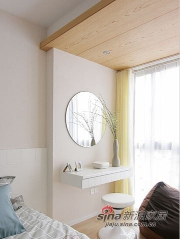 浅木色的木板作了个吊顶的设计