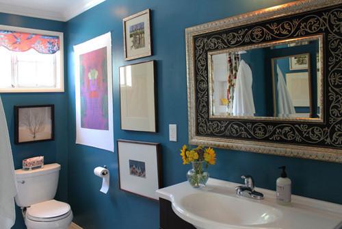 深蓝色的卫浴空间,用画装饰得满满的,特别的漂亮。