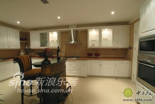 厨房还是采用了一贯的希腊白色的橱柜