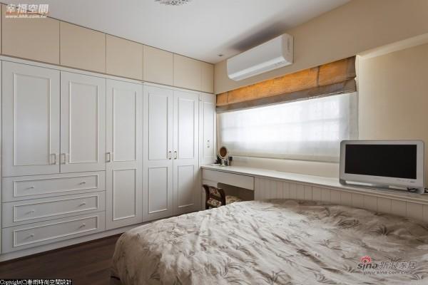 客房以深色木地板搭配墙面的轻甜杏色