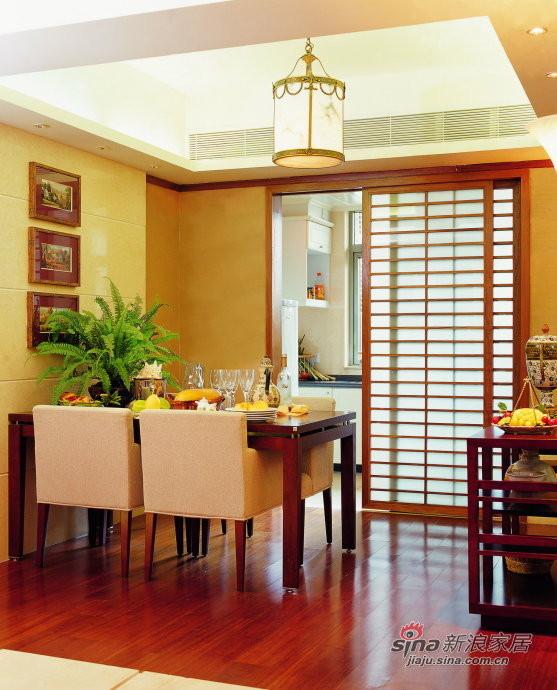 厨房通过木框镶嵌磨砂玻璃的推拉门设计与整
