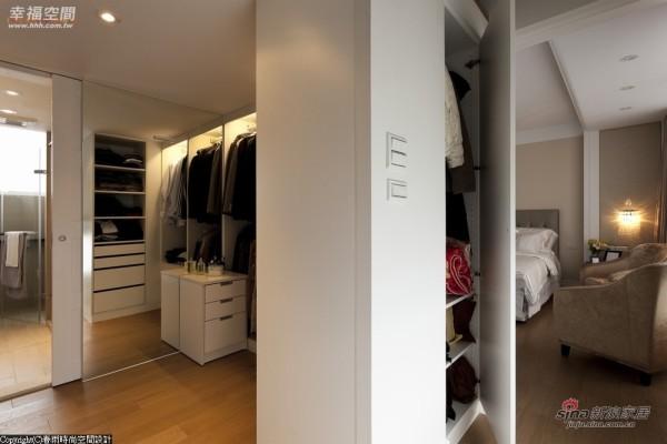 主卧室两侧天花板以间接光呈现