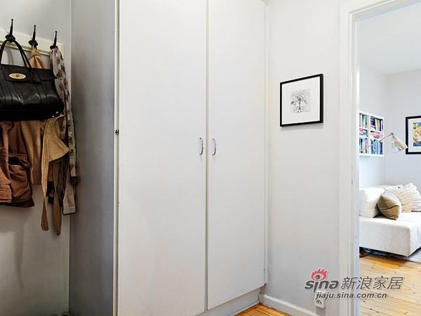 玄关放置挂衣架,大大的衣柜,将犄角空间很好利用