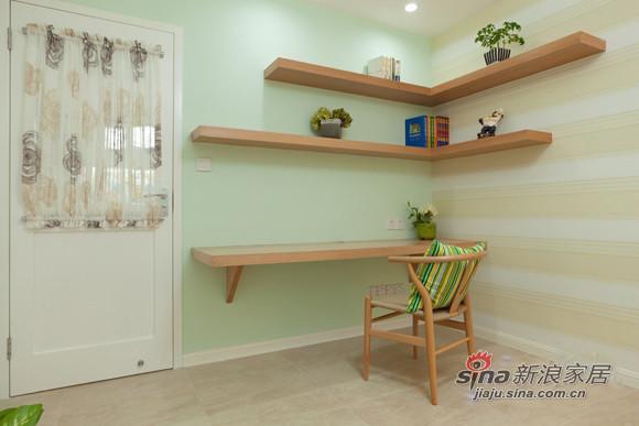 绿色的宜家抱枕,搭配原木色的书桌椅
