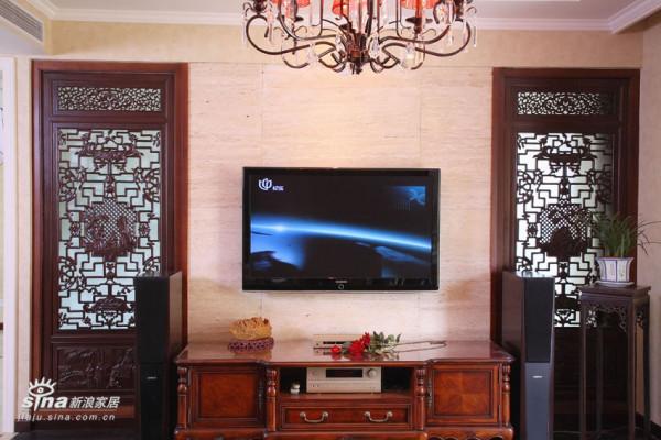 将客厅与露台间的玻璃隔断改中式镂空屏风