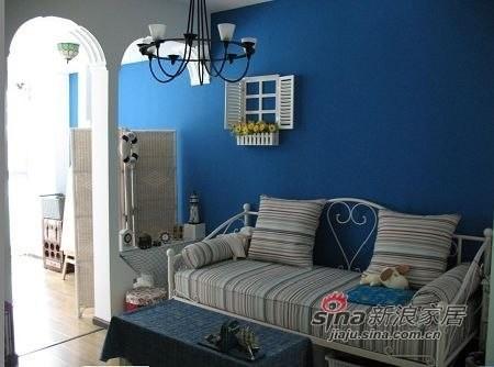 蓝白相间的墙面,铁艺沙发,条纹