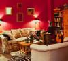 大面积的红色强饰搭配碎花布艺沙发 已经复古做旧木质家具 别有一番情调