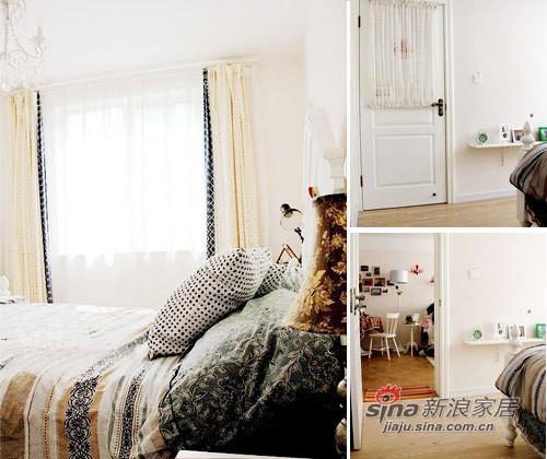 床尾的墙上做了一面隔板,可以收纳卧室的小