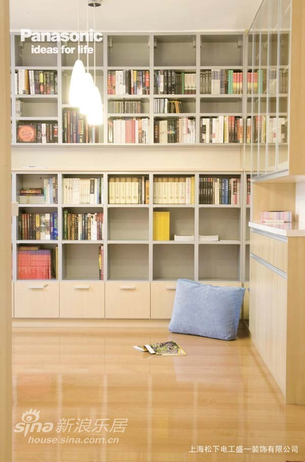 没有书房,客厅就是简单而快乐的休闲之地