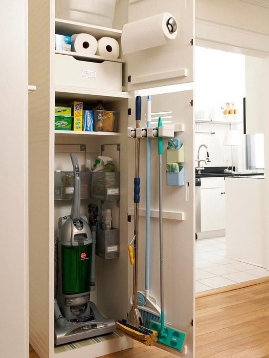 这样的小空间,将家中那些扫把、拖布、吸尘器等等一切清洁用品收纳起来,简直太盖了!