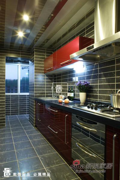 厨房:竖向的铝扣板吊顶装饰了空间,简约的
