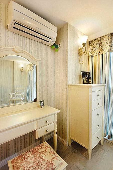 卧室另一侧的斗柜以及化妆台。