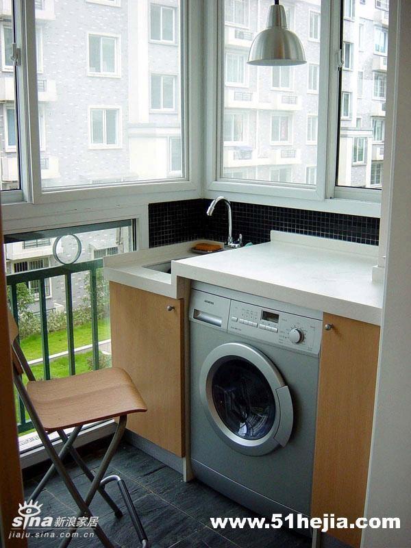 阳台-为了节省卫生间的空间,我利用阳台的角落安置了水槽和台面,洗衣机也有了安身之处,美观合理。施工时,只是从卫生间引一根冷水管,按预留尺寸定做柜体就可以了