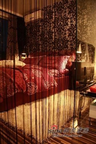 卧室艳丽的床品和墙纸相互呼应