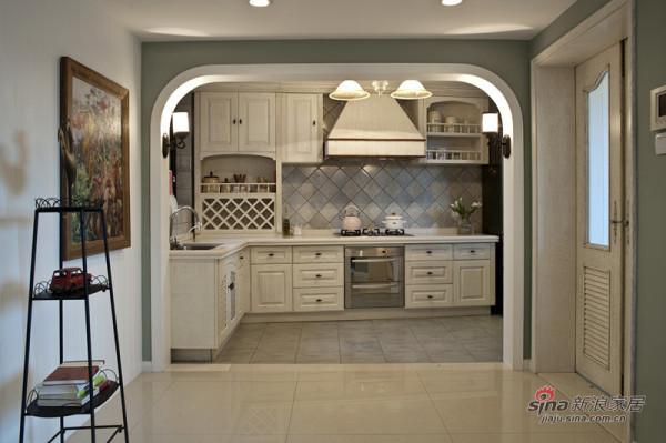 漂亮精致的厨房,金属框装饰画