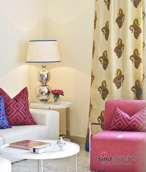 圆形的茶几,与边桌是同款式的家具