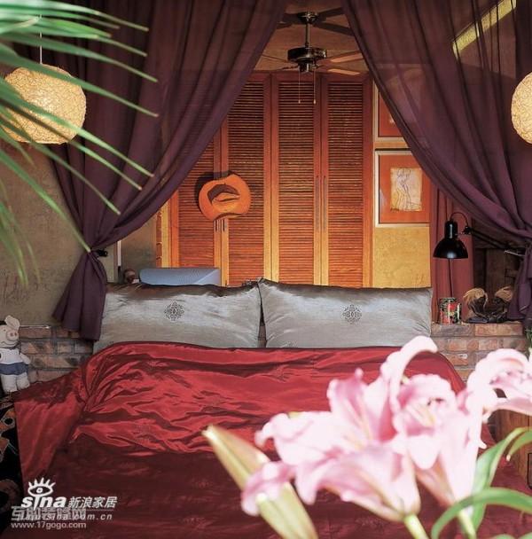 从卧室向外看的场景。床上用品的样式与颜色的选择,是整体设计当中密不可分的重要组成部分,仔细留意床头灯,既可当整体室内照明又可做为床头台灯来使用,还起到了很好的装饰效果。价格非常便宜哦