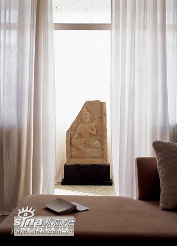 棉、深麻以及蚱蚕丝使窗帘分别具有了柔软的触感、挺括的垂感和良好的延展性