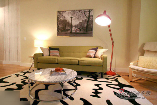 绿色的沙发,红色的落地灯