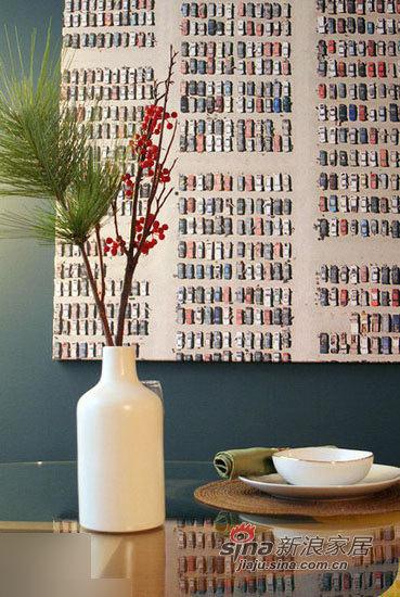 花瓶装饰与精致餐具。
