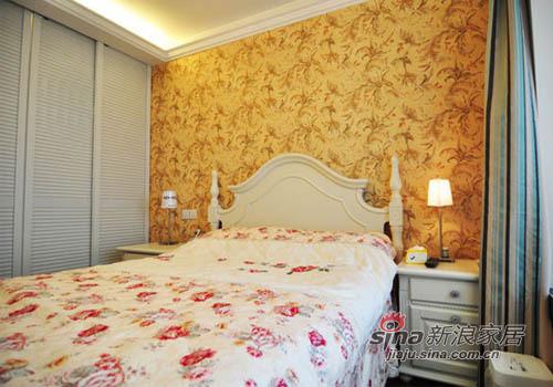 金黄色拼花的墙贴,碎花的床品