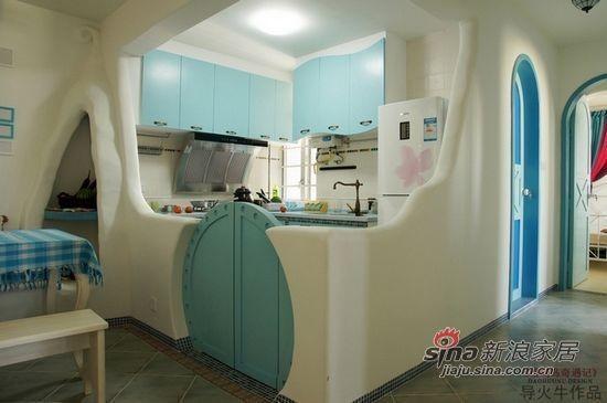 没有分明棱角的半开放式厨房外墙和木制的圆