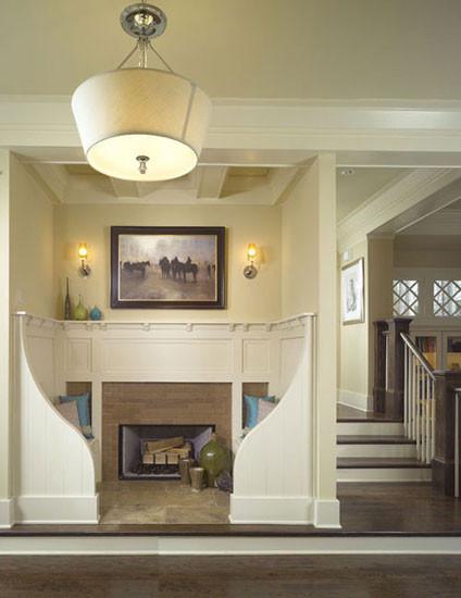 这样一个小区域要如何利用?无论是摆上储物柜还是留白,都比不上案例中的这般精致。小巧的半开放空间被打造成了休息角,沙发坐外延的弧度设计、墙壁上的装饰画与壁灯,都让整个角落优雅至极,内部墙壁的中间位置是火炉设计,冬天,一家人可以在这取暖、聊天,颇为温馨。