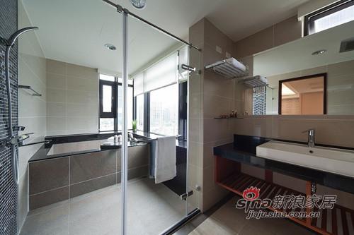 主臥衛浴有著大面採光兼具通風的窗景,加上
