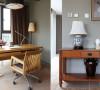 位于顶层一端的书房,将木质家具运用到了极