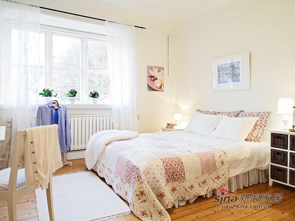 卧室是简单的双人床与柜子,