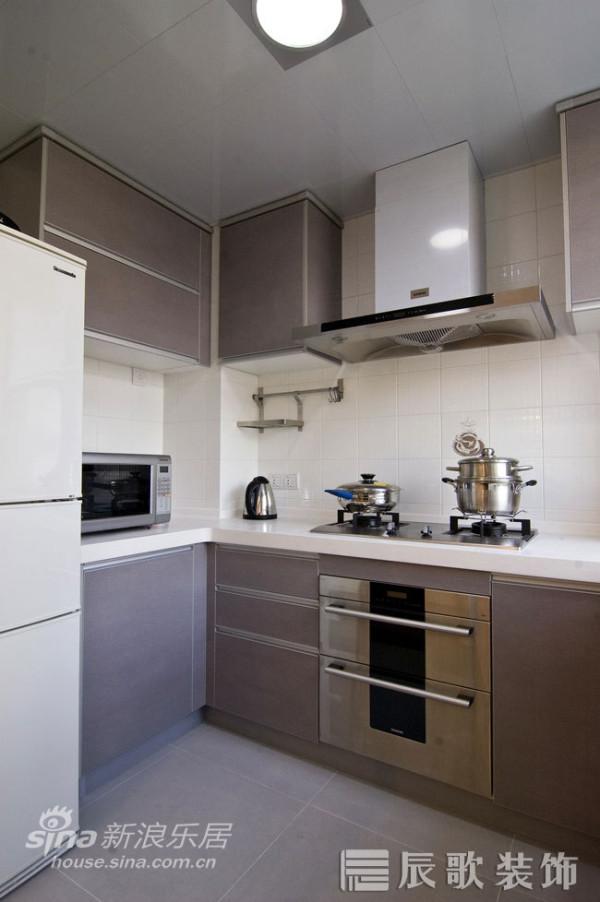 灰色调的U型厨房