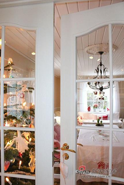 这座房子以素白为主,用各种暖色调的纺织品
