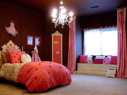 糖果房有木有 草莓碎花被子 还有床头的小公主裙 很萌有木有