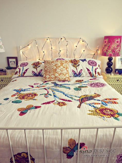 屋主的卧床,也是二手的家具。床单床品都是