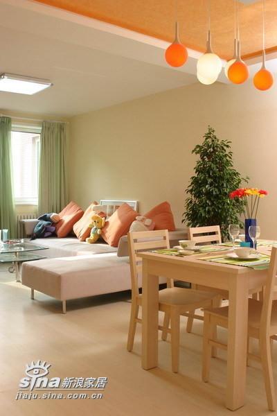 餐桌和靠垫色调暖和舒适,协调突显色彩对人的影响