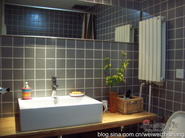 白色的洁具及暖色的一体式浴室柜显得突出