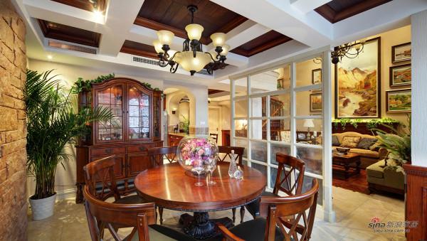 木隔断划分出餐厅与客厅的独立空间