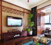 客厅与阳台间的木门可全部打开,让阳光洒满
