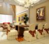 客厅另一端的典雅餐厅