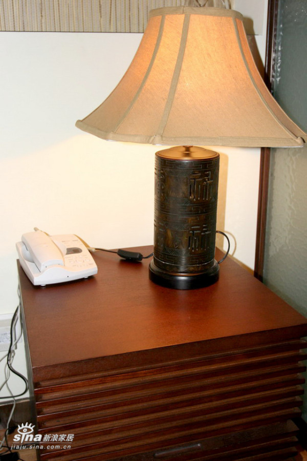 这个台灯的底座是整块玉石雕的,虽不是什么好玉石,但色泽暗哑,甚合我意