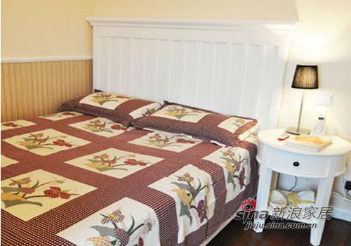 圆润的床头柜造型,搭配典雅的台灯