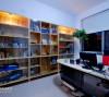书房内原木的整面书柜粗旷中透出玻璃的精致