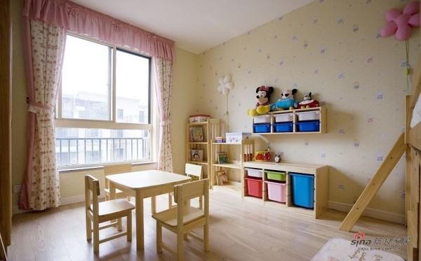 女儿房间,嫩黄色卡通墙纸配粉红花花的窗帘